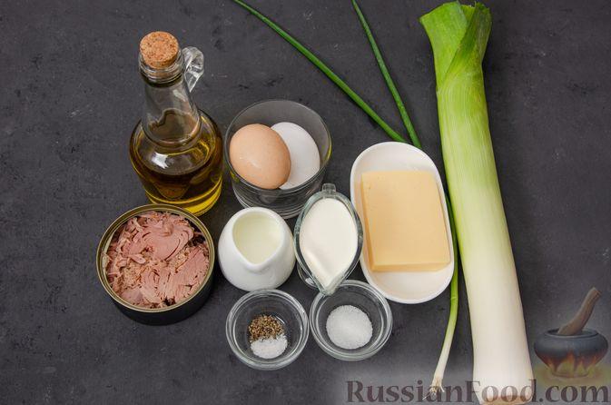 Фото приготовления рецепта: Киш с тунцом и луком-пореем в яично-сливочной заливке - шаг №7