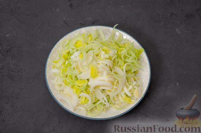 Фото приготовления рецепта: Киш с тунцом и луком-пореем в яично-сливочной заливке - шаг №8