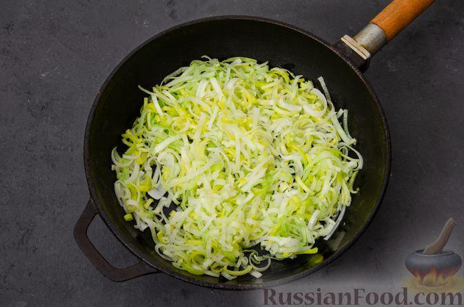 Фото приготовления рецепта: Киш с тунцом и луком-пореем в яично-сливочной заливке - шаг №9