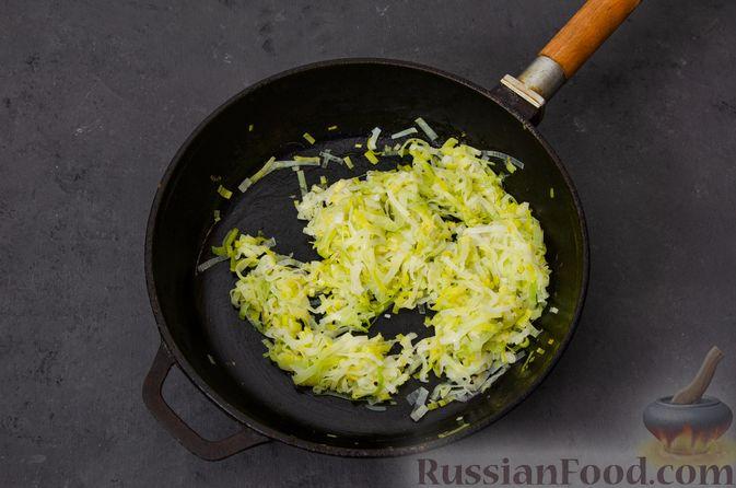 Фото приготовления рецепта: Киш с тунцом и луком-пореем в яично-сливочной заливке - шаг №11