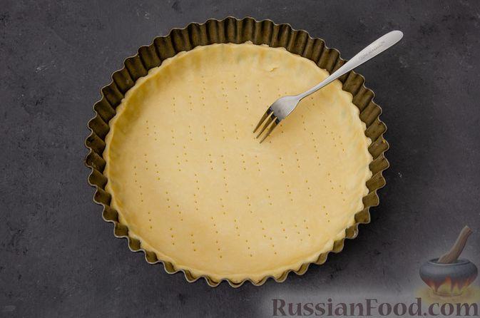 Фото приготовления рецепта: Киш с тунцом и луком-пореем в яично-сливочной заливке - шаг №6