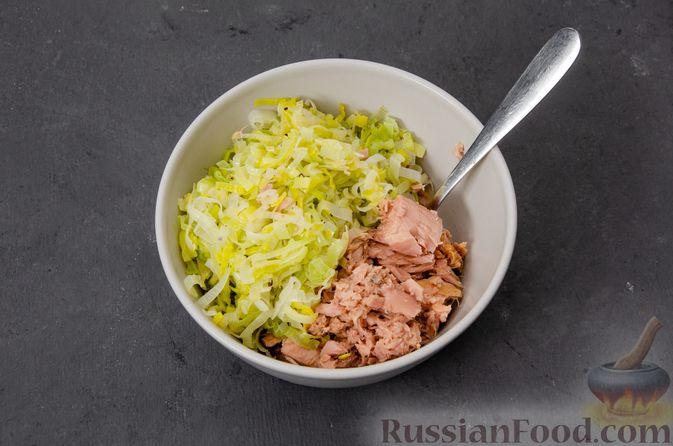 Фото приготовления рецепта: Киш с тунцом и луком-пореем в яично-сливочной заливке - шаг №12