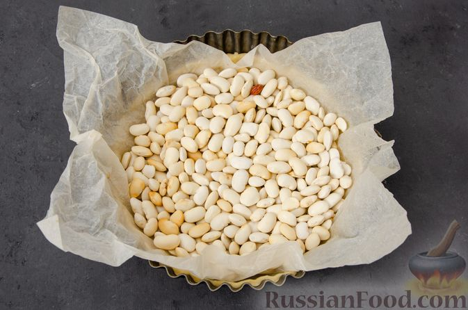 Фото приготовления рецепта: Киш с тунцом и луком-пореем в яично-сливочной заливке - шаг №13