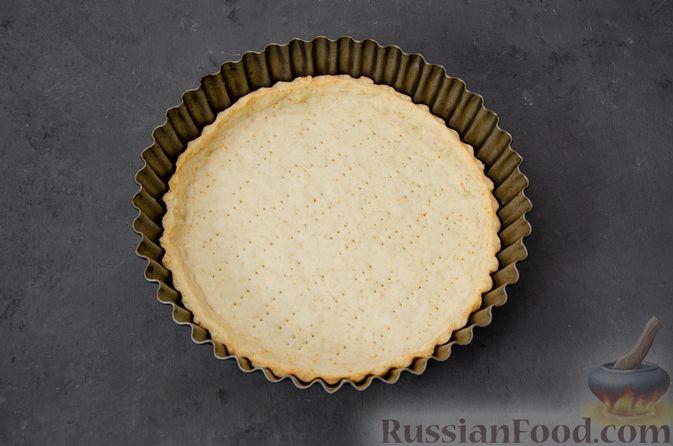 Фото приготовления рецепта: Киш с тунцом и луком-пореем в яично-сливочной заливке - шаг №15