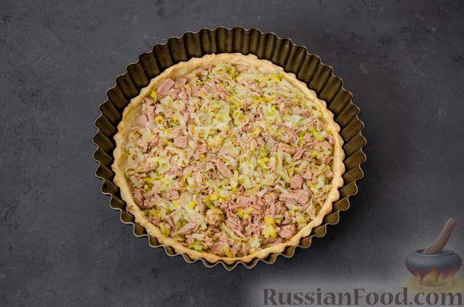 Фото приготовления рецепта: Киш с тунцом и луком-пореем в яично-сливочной заливке - шаг №18
