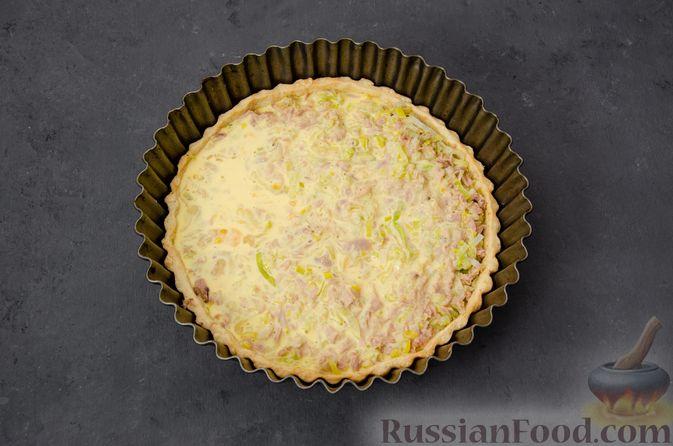 Фото приготовления рецепта: Киш с тунцом и луком-пореем в яично-сливочной заливке - шаг №19