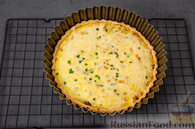 Фото приготовления рецепта: Киш с тунцом и луком-пореем в яично-сливочной заливке - шаг №21