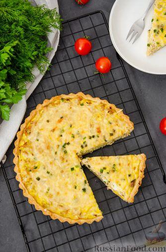 Фото приготовления рецепта: Киш с тунцом и луком-пореем в яично-сливочной заливке - шаг №22