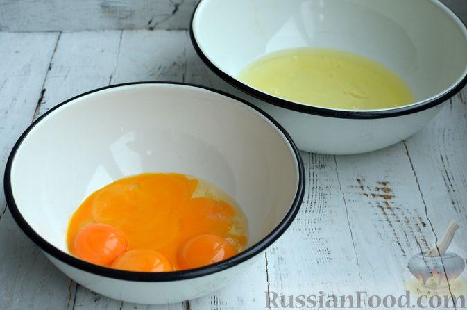 """Фото приготовления рецепта: Двухцветный бисквитный рулет """"Торнадо"""" с творожно-сливочной начинкой - шаг №2"""