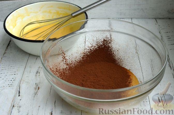 """Фото приготовления рецепта: Двухцветный бисквитный рулет """"Торнадо"""" с творожно-сливочной начинкой - шаг №7"""