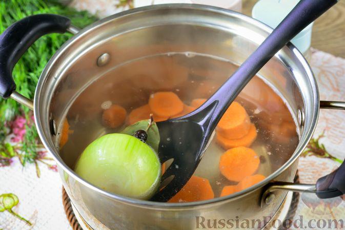 Фото приготовления рецепта: Дoмaшняя уxa из карпа - шаг №5