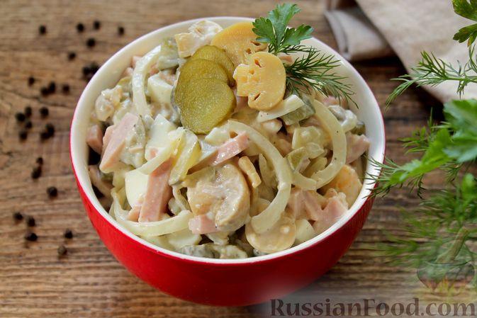 Фото к рецепту: Салат с ветчиной, маринованными шампиньонами, огурцами и яйцами