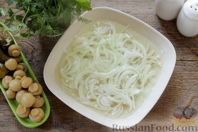 Фото приготовления рецепта: Салат с ветчиной, маринованными шампиньонами, огурцами и яйцами - шаг №2