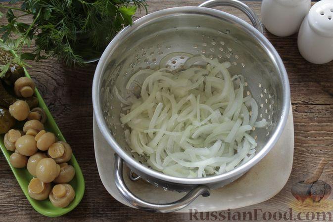 Фото приготовления рецепта: Салат с ветчиной, маринованными шампиньонами, огурцами и яйцами - шаг №3