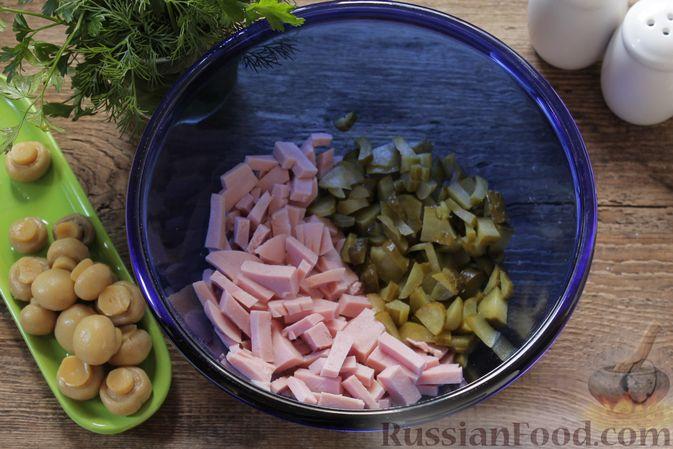 Фото приготовления рецепта: Салат с ветчиной, маринованными шампиньонами, огурцами и яйцами - шаг №4