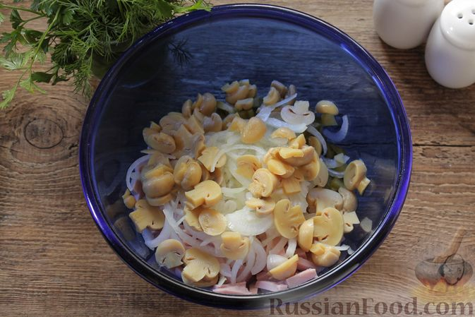 Фото приготовления рецепта: Салат с ветчиной, маринованными шампиньонами, огурцами и яйцами - шаг №5