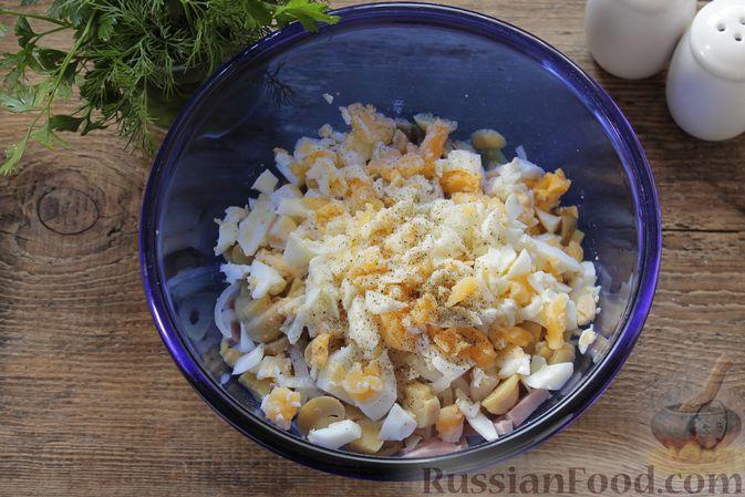 Фото приготовления рецепта: Салат с ветчиной, маринованными шампиньонами, огурцами и яйцами - шаг №6