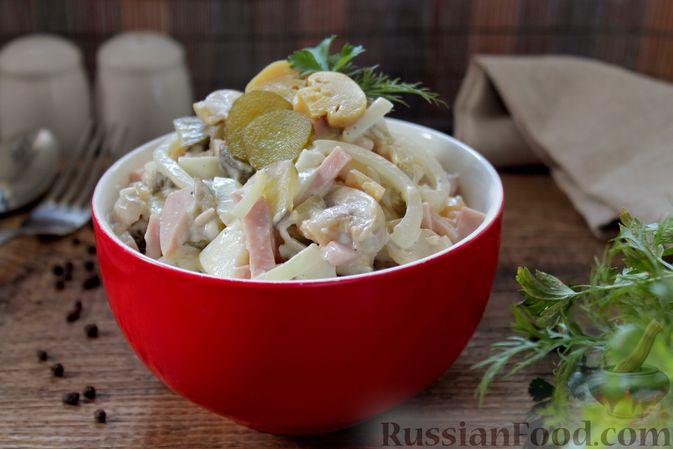 Фото приготовления рецепта: Салат с ветчиной, маринованными шампиньонами, огурцами и яйцами - шаг №8