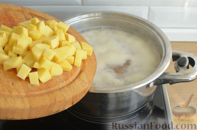 Фото приготовления рецепта: Суп с чечевицей и мясным фаршем - шаг №4