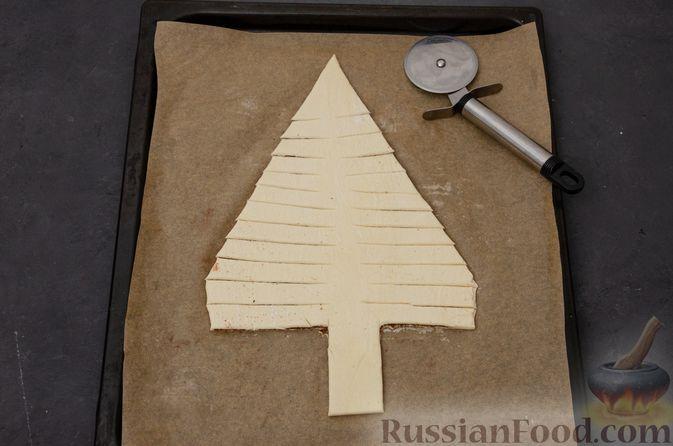 """Фото приготовления рецепта: Пирог """"Ель"""" из слоёного теста, с какао и корицей - шаг №11"""