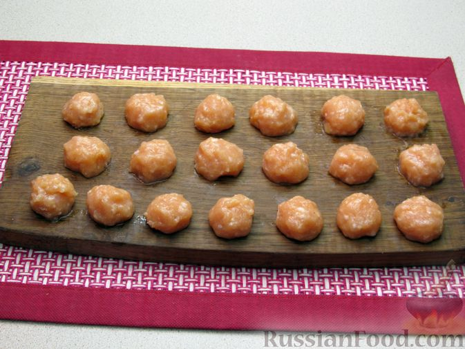 Фото приготовления рецепта: Суп с куриными фрикадельками и пшеном - шаг №4