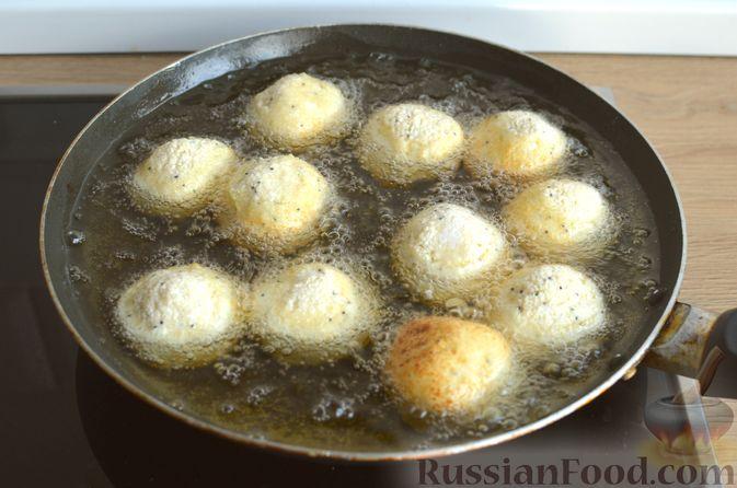 Фото приготовления рецепта: Творожные пончики с маком - шаг №7