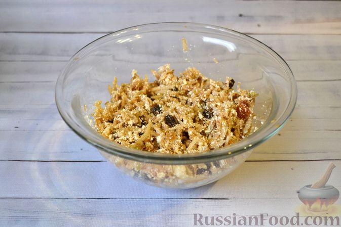 Фото приготовления рецепта: Гречневая запеканка с творогом, яблоками, сухофруктами и грецкими орехами - шаг №6