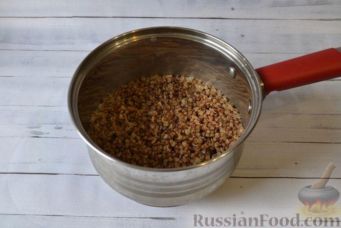 Фото приготовления рецепта: Гречневая запеканка с творогом, яблоками, сухофруктами и грецкими орехами - шаг №2