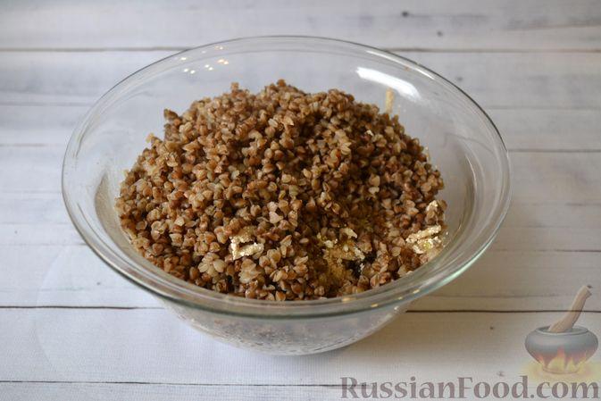 Фото приготовления рецепта: Гречневая запеканка с творогом, яблоками, сухофруктами и грецкими орехами - шаг №9