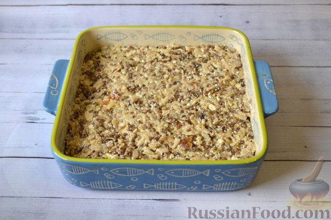 Фото приготовления рецепта: Гречневая запеканка с творогом, яблоками, сухофруктами и грецкими орехами - шаг №11