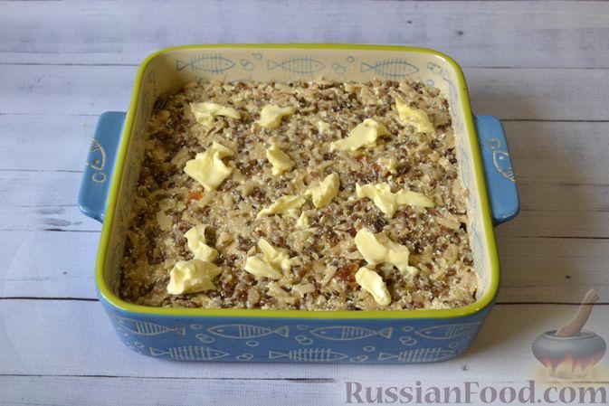 Фото приготовления рецепта: Гречневая запеканка с творогом, яблоками, сухофруктами и грецкими орехами - шаг №12