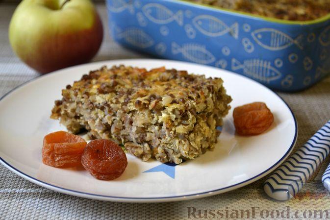 Фото приготовления рецепта: Гречневая запеканка с творогом, яблоками, сухофруктами и грецкими орехами - шаг №14