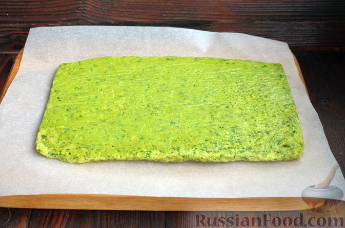 Фото приготовления рецепта: Шпинатный рулет с сёмгой и сливочным сыром - шаг №10