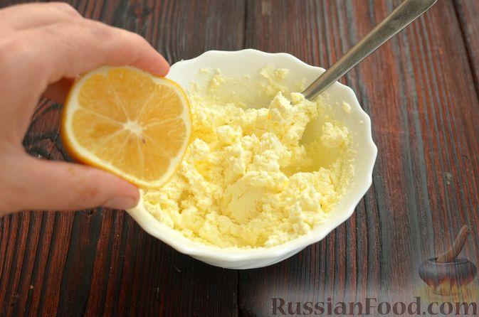 Фото приготовления рецепта: Шпинатный рулет с сёмгой и сливочным сыром - шаг №11