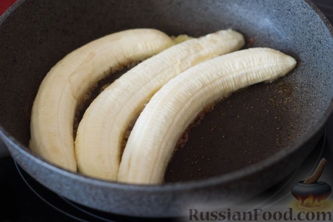 Фото приготовления рецепта: Жареные бананы со сливочной карамелью и кунжутом - шаг №4