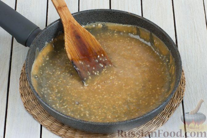 Фото приготовления рецепта: Жареные бананы со сливочной карамелью и кунжутом - шаг №9