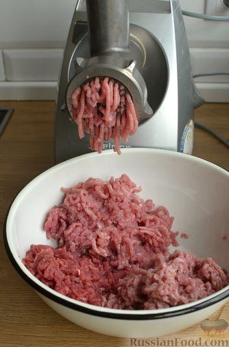 Фото приготовления рецепта: Котлеты из свинины и говядины - шаг №6