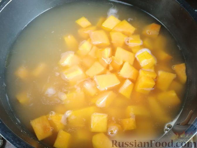 Фото приготовления рецепта: Острый гороховый суп с тыквой - шаг №9