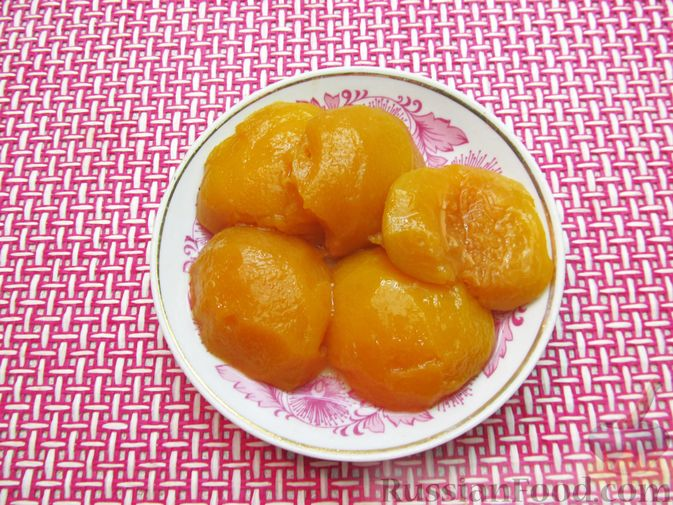 Фото приготовления рецепта: Ленивые вареники с консервированными персиками, в кукурузной посыпке - шаг №2