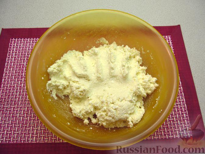 Фото приготовления рецепта: Ленивые вареники с консервированными персиками, в кукурузной посыпке - шаг №4