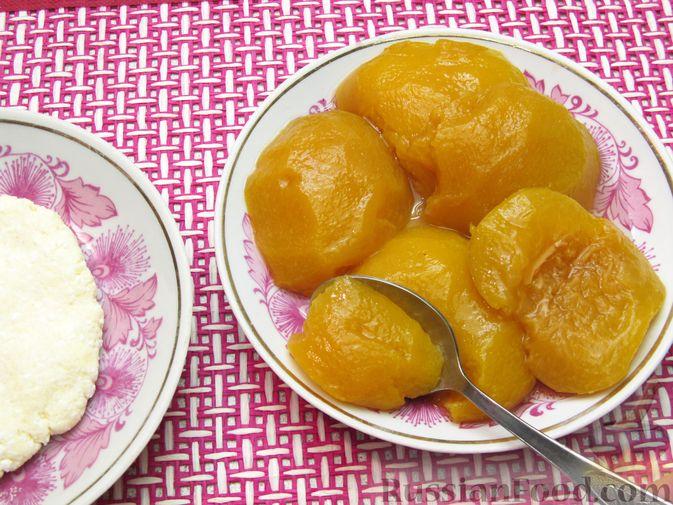 Фото приготовления рецепта: Ленивые вареники с консервированными персиками, в кукурузной посыпке - шаг №6