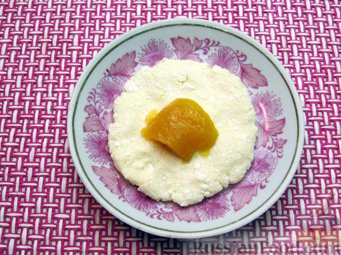 Фото приготовления рецепта: Ленивые вареники с консервированными персиками, в кукурузной посыпке - шаг №7