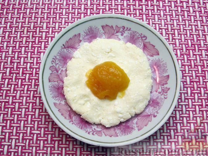 Фото приготовления рецепта: Ленивые вареники с консервированными персиками, в кукурузной посыпке - шаг №8