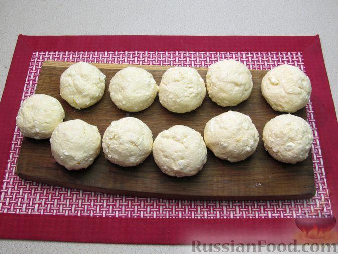 Фото приготовления рецепта: Ленивые вареники с консервированными персиками, в кукурузной посыпке - шаг №10