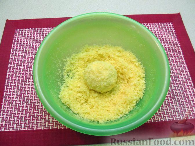 Фото приготовления рецепта: Ленивые вареники с консервированными персиками, в кукурузной посыпке - шаг №13