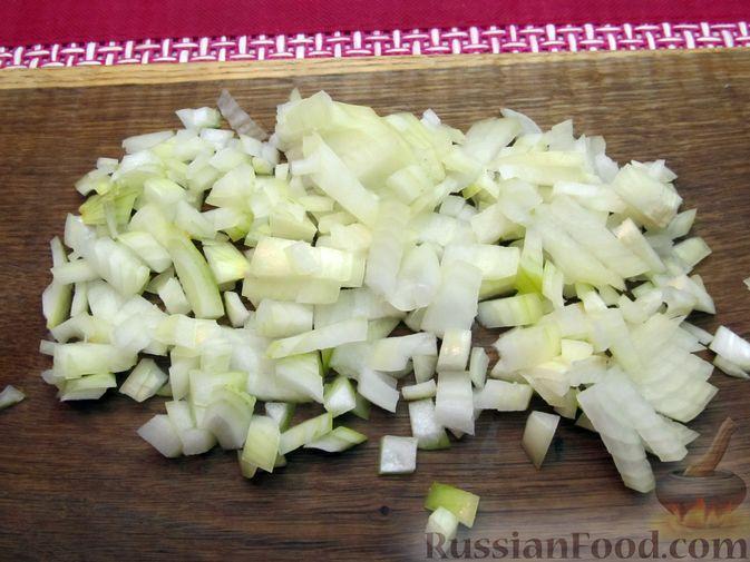 Фото приготовления рецепта: Рис, запечённый с куриной печенью, яблоками и сыром - шаг №4