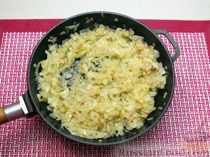 Фото приготовления рецепта: Рис, запечённый с куриной печенью, яблоками и сыром - шаг №5