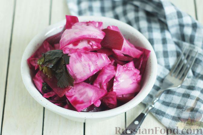 Фото к рецепту: Маринованная капуста со свёклой и сельдереем