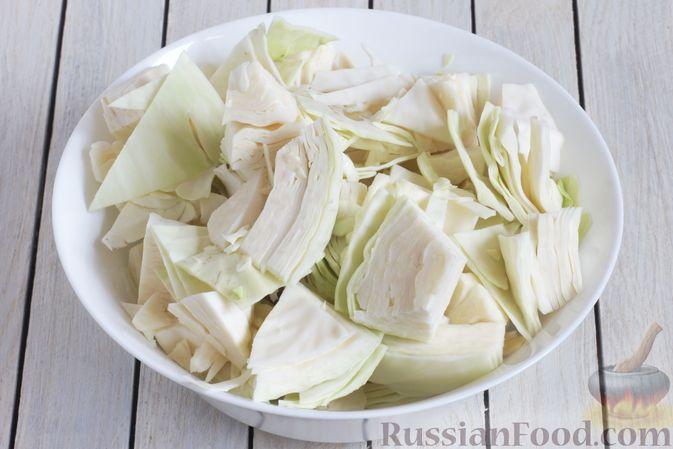 Фото приготовления рецепта: Маринованная капуста со свёклой и сельдереем - шаг №3