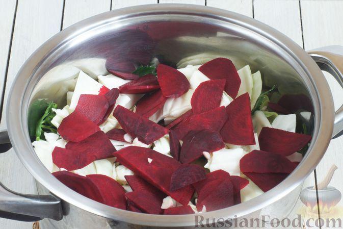 Фото приготовления рецепта: Маринованная капуста со свёклой и сельдереем - шаг №8